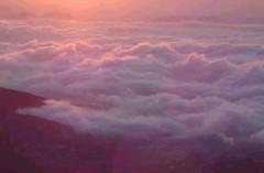 赤い雲の上を飛ぶ
